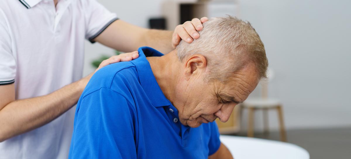 Голова сибиряка «упала на плечо» из-за редчайшей болезни