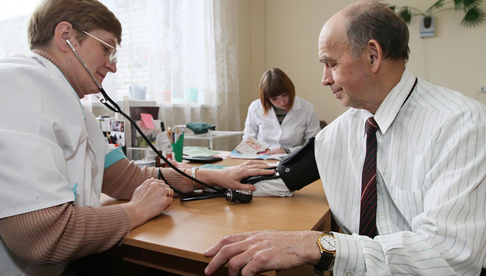 Москвичей призвали заранее отменять визит к врачу