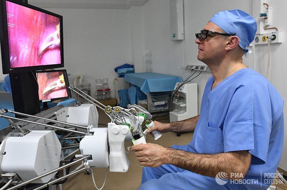 Главный уролог Минздрава России Дмитрий Пушкарь проводит с помощью уникального российского робота-хирурга первую операцию на животном  РИА Новости