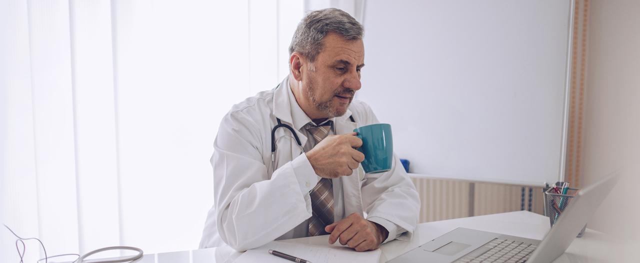 «Могу налить себе чашку чая, если операция затягивается»