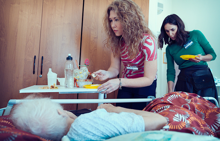 Волонтеры помогают кормить пациентов хосписа № 4