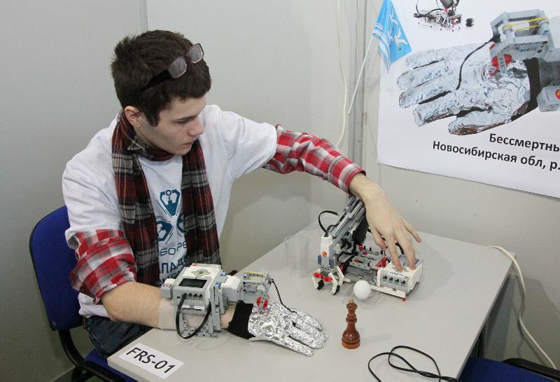 Новосибирский школьник создал «третью руку» для людей с болезнью Паркинсона