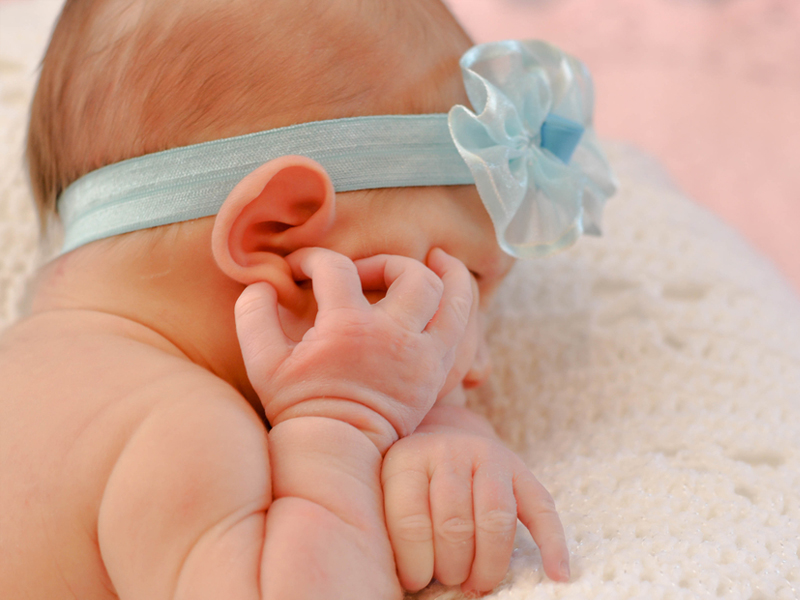 Ушко оттопырилось: бдительность родителей спасла месячную девочку
