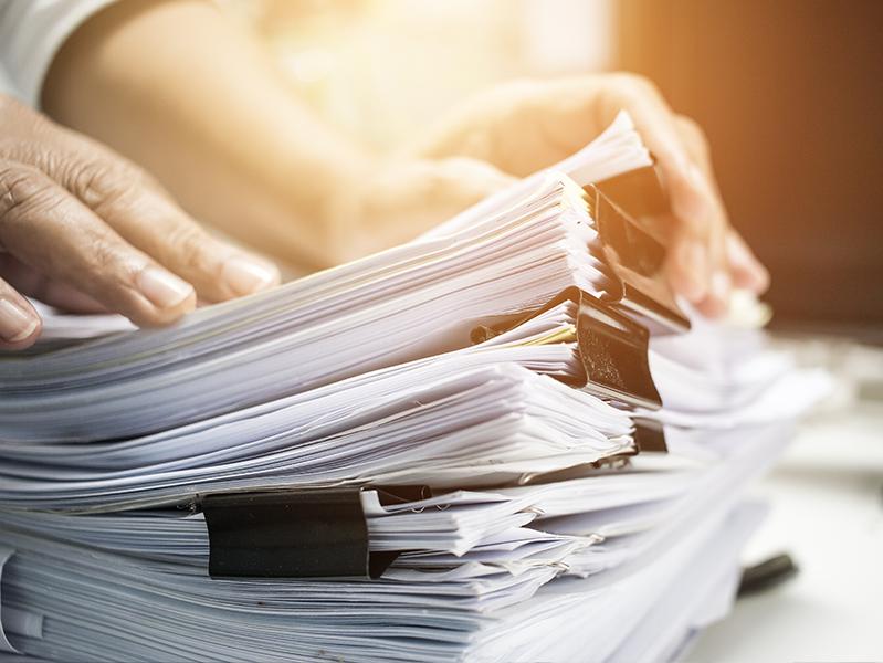 Эксперт по борьбе с инфекциями посоветовал работать с документами в перчатках
