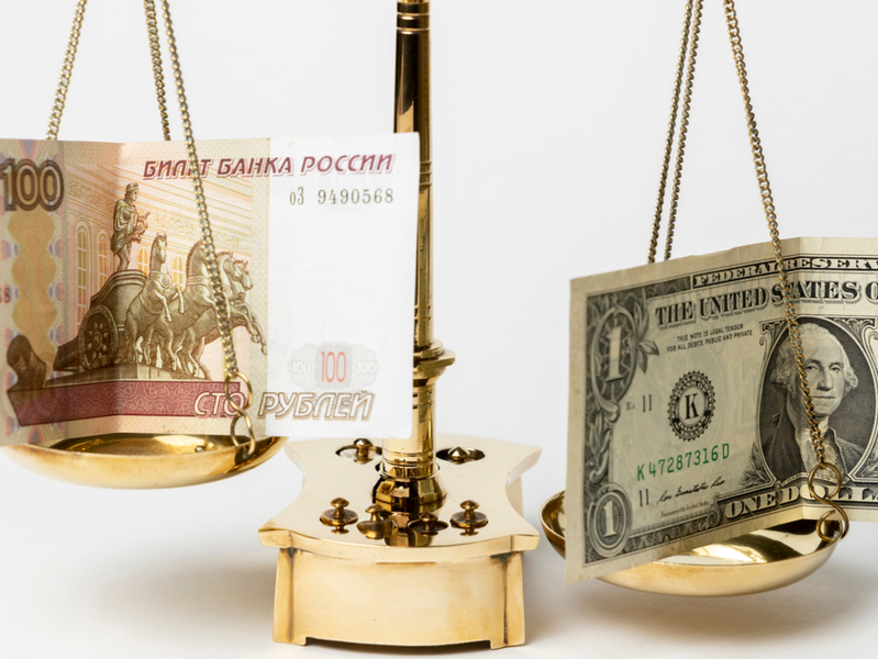 Рубль против доллара: прогнозы россиян