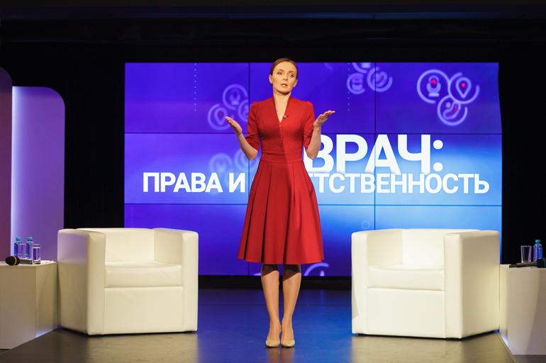 Ведущая мероприятия — главный редактор телеканала «Доктор» Эвелина Владимировна Закамская.