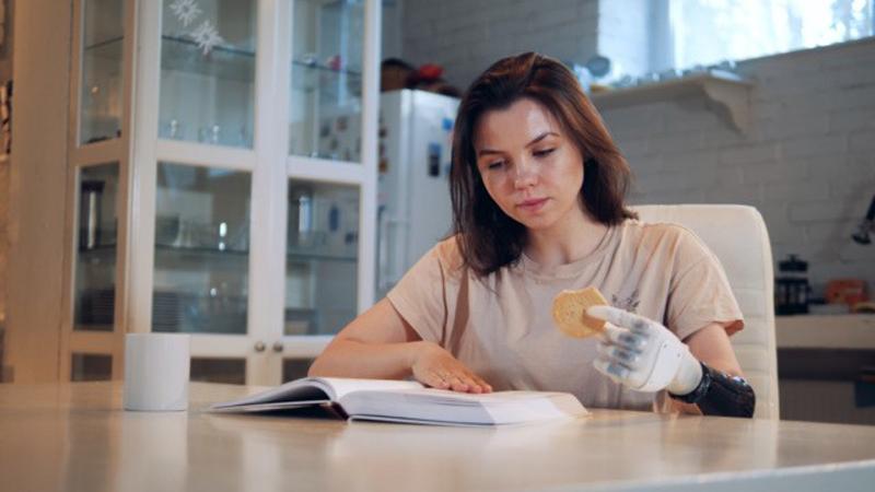 Бионический протез кисти MeHands от МахBionic возвращает человеку мелкую моторику: можно побаловать себя печеньем во время чтения.