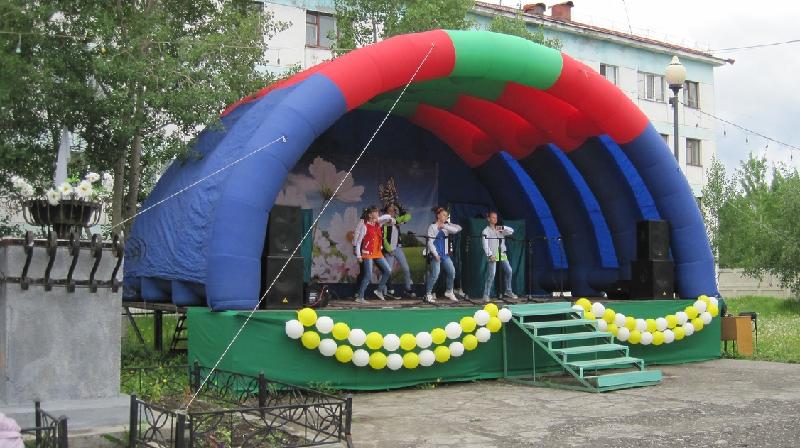 Дети выступают на дне поселка в Дебине