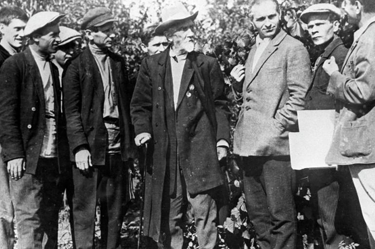 Иван Владимирович Мичурин среди своих помощников. Город Козлов (ныне Мичуринск), 1932 год.