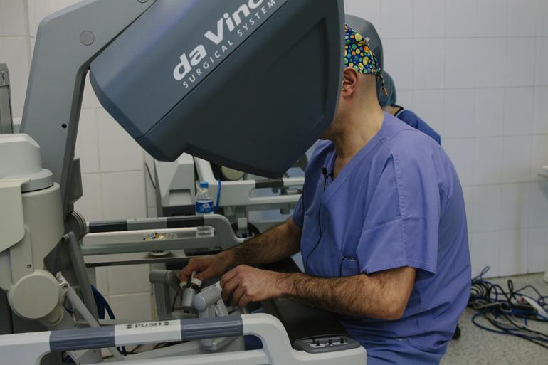 Дмитрий Пушкарь оперирует с помощью Робота Da Vinci