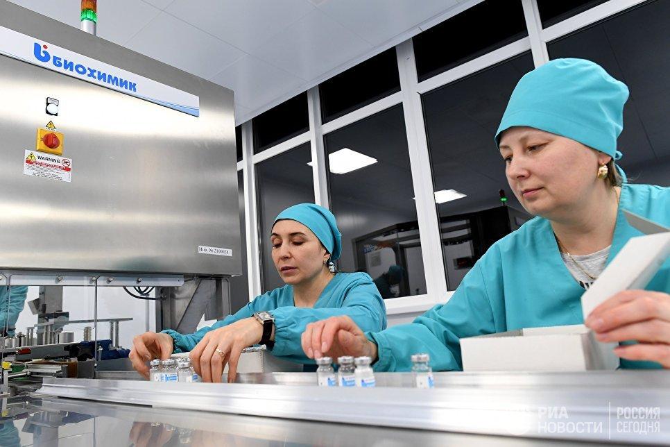 """Сотрудницы завода по производству антибиотиков АО """"Биохимик"""" в Саранске на участке упаковки готовой продукции в тару"""