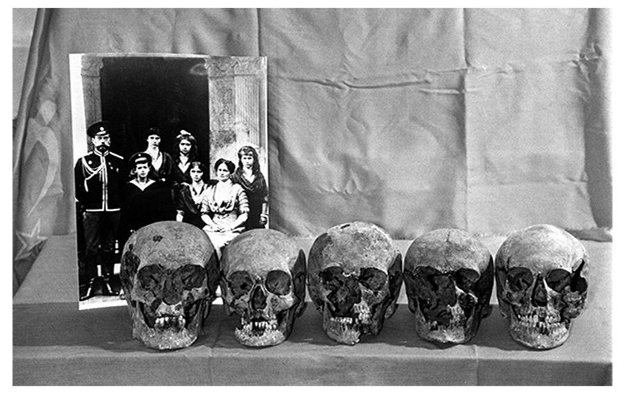 Отреставрированные модели черепов на фоне фотографии императорской семьи. Фото А. Семехина, ТАСС (вот тут я не уверена за авторские права, хотя взяла фото на стороннем ресурсе)